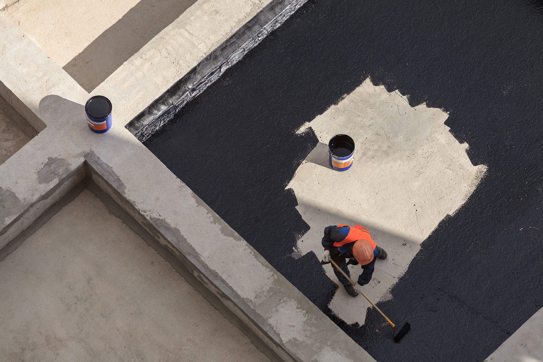 Flat roof construction and insulation. Heating and melting bitumen roofing felt